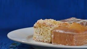Bolos com cereja em uma placa branca em placas de madeira Pastelarias diferentes bolos Fotos de Stock Royalty Free