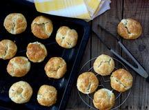 Bolos com queijo e ervas em uma bandeja Fotografia de Stock Royalty Free