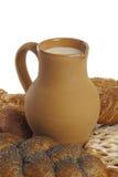 Bolos com sementes de papoila e jarro da argila com leite fotografia de stock