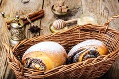 Bolos com sementes de papoila em uma cesta do pão foto de stock