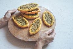 Bolos com zatar Árabe de Manakish em uma bandeja de madeira Culinária árabe fotos de stock royalty free