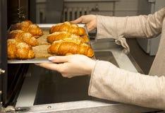 Bolos corados frescos apenas do forno appetizing bolos na folha de cozimento foto de stock