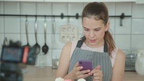 Bolos cozinhados mulher e fotografado lhes para fazer um cargo no blogue vídeos de arquivo