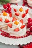Bolos da merengue de Mini Pavlova fotos de stock royalty free