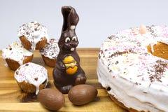 Bolos da Páscoa, coelho do chocolate e ovos de chocolate Imagem de Stock