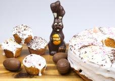 Bolos da Páscoa, coelho do chocolate e ovos de chocolate Foto de Stock Royalty Free