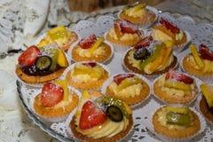 Bolos da pastelaria e do fruto foto de stock