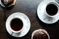 Bolos da xícara de café e de chocolate Fotografia de Stock