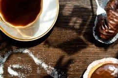 Bolos da xícara de café e de chocolate Fotografia de Stock Royalty Free