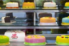 Bolos de aniversário coloridos em Bogotá, Colômbia fotografia de stock