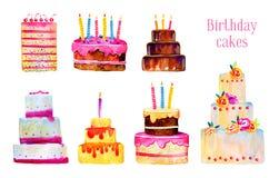Bolos de aniversário com velas e decorações Grupo estilizado tirado mão da ilustração do esboço da aquarela dos desenhos animados ilustração do vetor