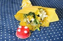 Bolos de aniversário saborosos da morango com o ramalhete envolvido bonito da flor Imagem de Stock Royalty Free