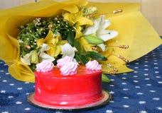 Bolos de aniversário saborosos da morango com o ramalhete envolvido bonito da flor Imagens de Stock