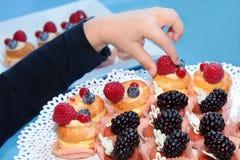 Bolos de aniversário saborosos e bonitos Fotografia de Stock