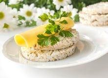 Bolos de arroz com as flores do queijo, da salsa e da camomila - conceito saudável comer Fotografia de Stock Royalty Free