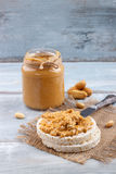 Bolos de arroz com manteiga de amendoim Imagem de Stock Royalty Free