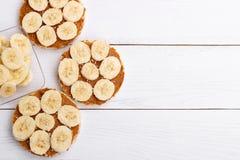 Bolos de arroz com manteiga de amendoim Fotografia de Stock
