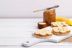 Bolos de arroz com manteiga de amendoim Foto de Stock