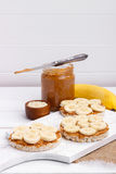 Bolos de arroz com manteiga de amendoim Foto de Stock Royalty Free