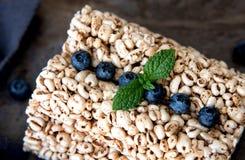 Bolos de arroz da grão com os mirtilos para o café da manhã saudável Imagens de Stock Royalty Free