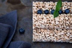 Bolos de arroz da grão com os mirtilos para o café da manhã saudável Fotografia de Stock