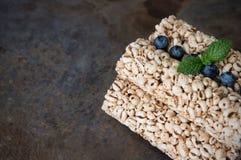 Bolos de arroz da grão com os mirtilos para o café da manhã saudável Foto de Stock Royalty Free
