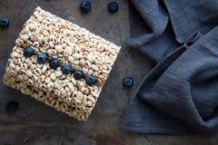 Bolos de arroz da grão com os mirtilos para o café da manhã saudável Foto de Stock