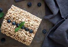 Bolos de arroz da grão com os mirtilos para o café da manhã saudável Fotos de Stock Royalty Free