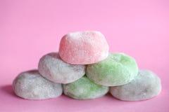 Bolos de arroz japoneses coloridos de Mochi empilhados na cor-de-rosa Imagens de Stock