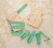 Bolos de arroz para a perda de peso e uma fita para a cintura de medição Foto de Stock Royalty Free