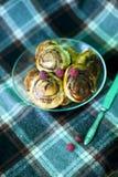 Bolos de canela cozinhados em casa e decorados com framboesas fotografia de stock royalty free
