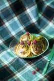 Bolos de canela cozinhados em casa e decorados com framboesas imagem de stock royalty free