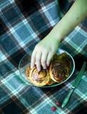 Bolos de canela cozinhados em casa e decorados com framboesas imagem de stock