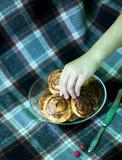 Bolos de canela cozinhados em casa e decorados com framboesas imagens de stock