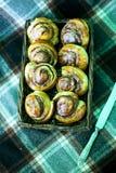 Bolos de canela cozinhados em casa e decorados com framboesas fotografia de stock