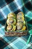 Bolos de canela cozinhados em casa e decorados com framboesas fotos de stock