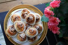 Bolos de canela para comemorar o dia de bolos de canela o 4 de outubro imagens de stock royalty free