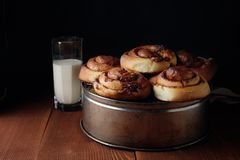 Bolos de canela recentemente cozidos com especiarias e enchimento do cacau Pastelaria caseiro doce, sobremesa fotografia de stock