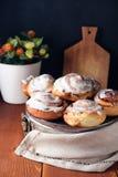 Bolos de canela recentemente cozidos com especiarias e enchimento do cacau Pastelaria caseiro doce, sobremesa foto de stock