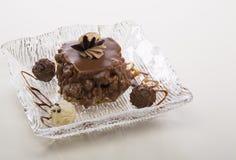 Bolos de chocolate deliciosos no close-up da tabela Foto de Stock