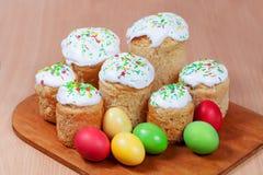 Bolos de Easter e ovos coloridos Fotografia de Stock Royalty Free