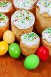 Bolos de Easter e ovos coloridos Imagens de Stock Royalty Free