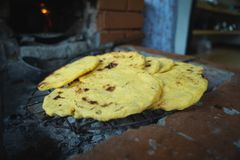 Bolos de milho Colômbia de Arepas de Maiz fotos de stock