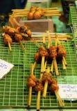 Bolos de peixes e madeira grelhada do alimento tailandês da rua imagem de stock royalty free