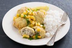 Bolos de peixes tailandeses com salsa da manga e arroz branco Imagem de Stock Royalty Free