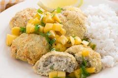 Bolos de peixes tailandeses com salsa da manga e arroz, close-up Foto de Stock Royalty Free