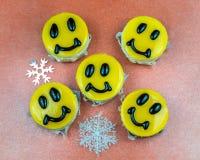 Bolos de queijo amarelos decorados com sorrisos no prato Fotografia de Stock