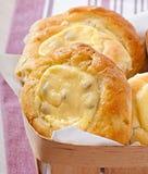 Bolos de queijo com hortelã e creme de leite Fotos de Stock