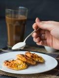 Bolos de queijo cozidos com creme de leite, café da manhã Imagens de Stock