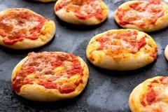 Bolos de queijo cozidos frescos da pizza que refrigeram na bandeja Imagem de Stock